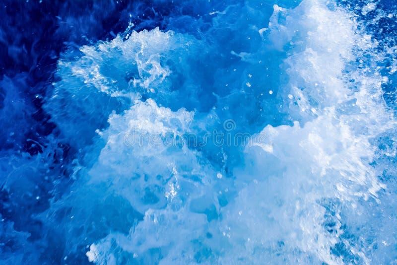 Turbulent et éclaboussant l'eau de mer, couleur bleue images stock