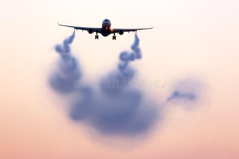 Turbulent vak som visualiserar bak flygplanet royaltyfri bild