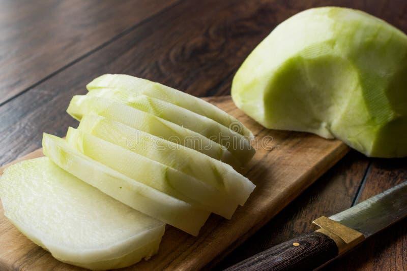 Turc découpé en tranches Alabas Turp/tranches entières fraîches organiques de radis avec le couteau photos stock