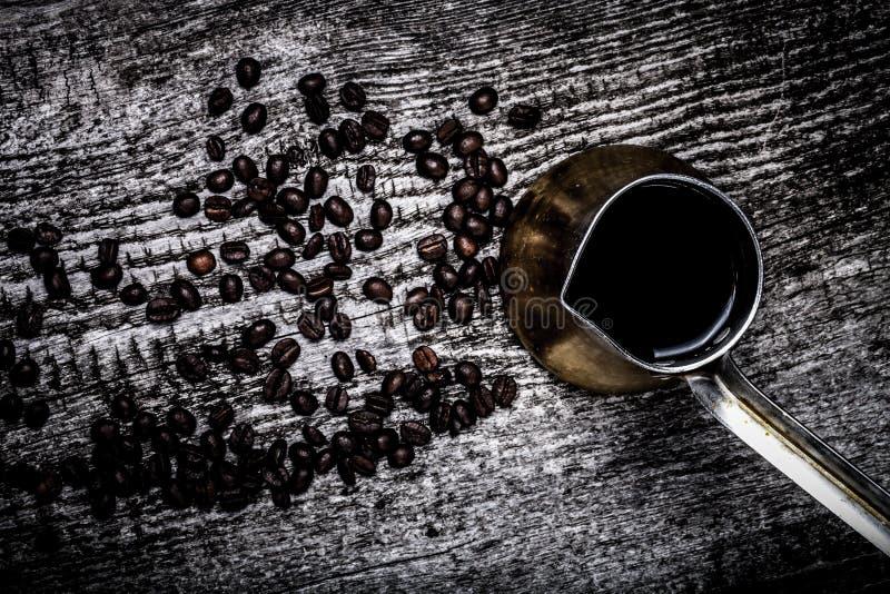 Turc de café et grains de café sur la vieille table en bois grise toned photographie stock