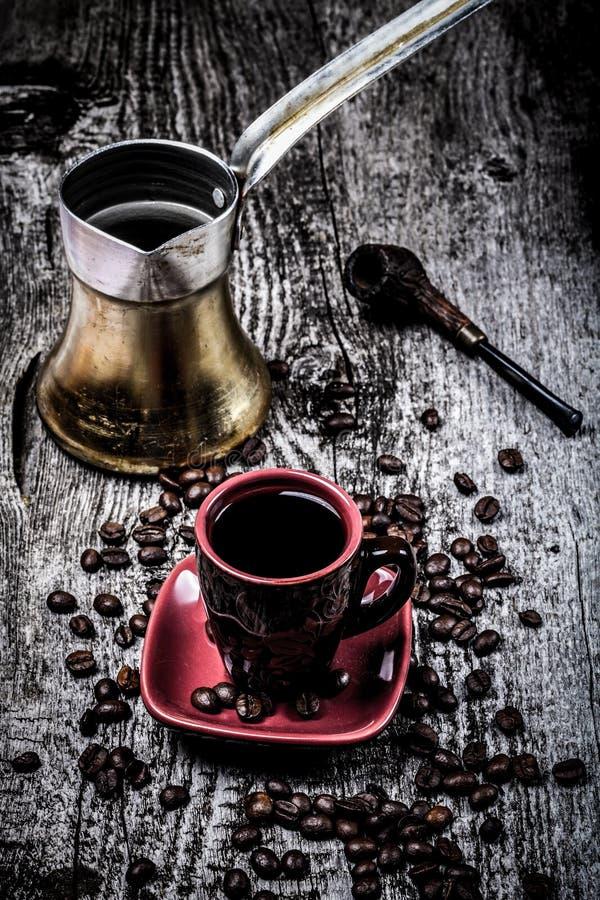 Turc de café et tasse et grains de café sur la vieille table en bois grise S photo libre de droits