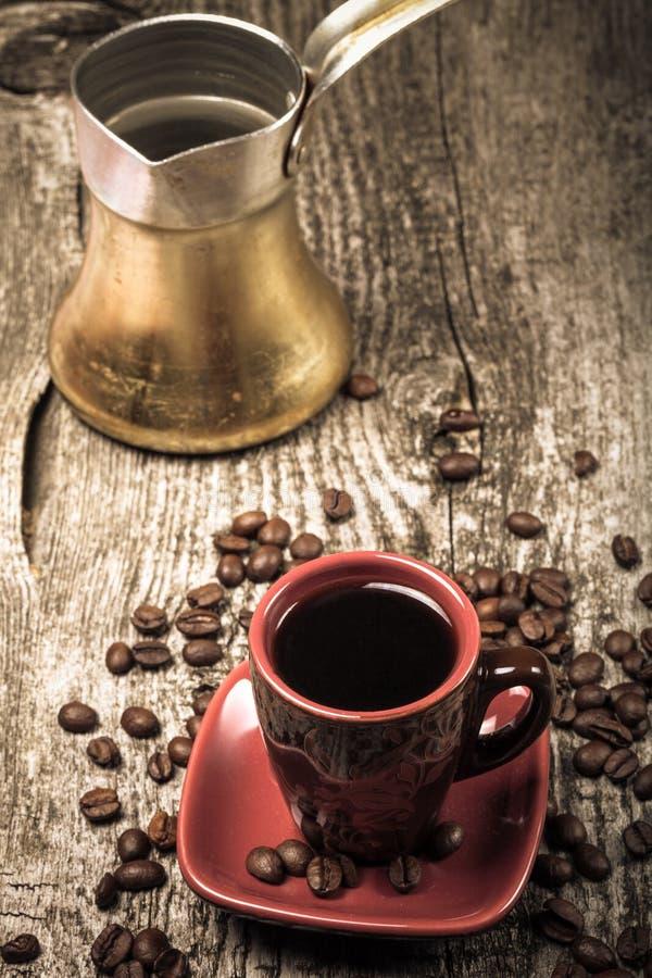 Turc de café et tasse et grains de café sur la vieille table en bois grise S images stock