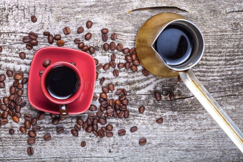 Turc de café et tasse et grains de café sur la vieille table en bois grise S photographie stock libre de droits