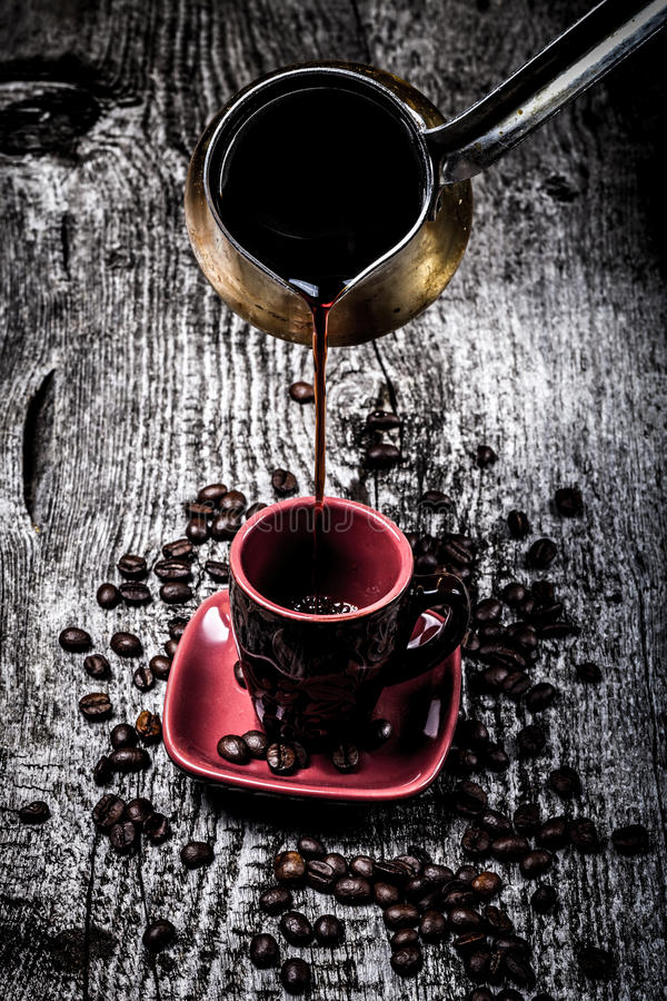 Turc de café et tasse et grains de café sur la vieille table en bois grise S image stock