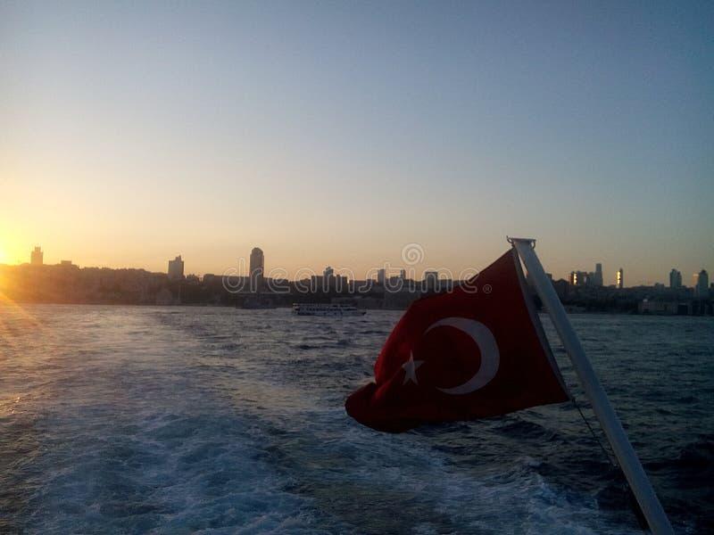 Turcja flaga na Bosphorus obrazy stock