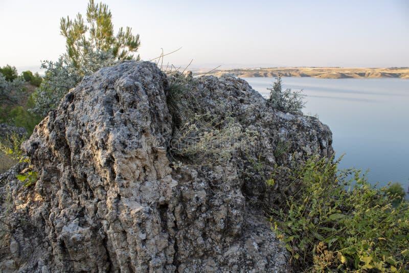 Turco, Adiyaman, el 26 de junio, - 2019: Presa de la opinión de Gazihandede y roca grande imágenes de archivo libres de regalías