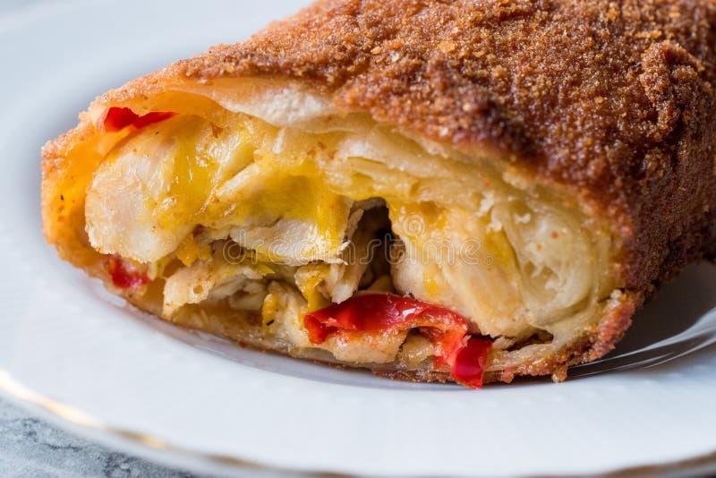 Turco Avci Boregi/Hunter Pastry Fried Rolls com galinha e fotos de stock royalty free