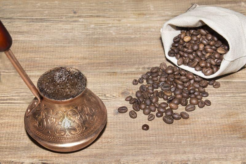Turco con café y el saco de granos de café fotografía de archivo libre de regalías