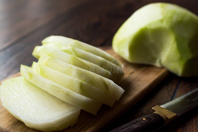 Turco cortado Alabas Turp/rebanadas enteras frescas orgánicas del rábano con el cuchillo fotografía de archivo libre de regalías