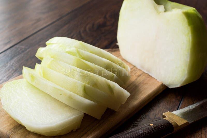 Turco cortado Alabas Turp/rebanadas enteras frescas orgánicas del rábano con el cuchillo fotos de archivo libres de regalías