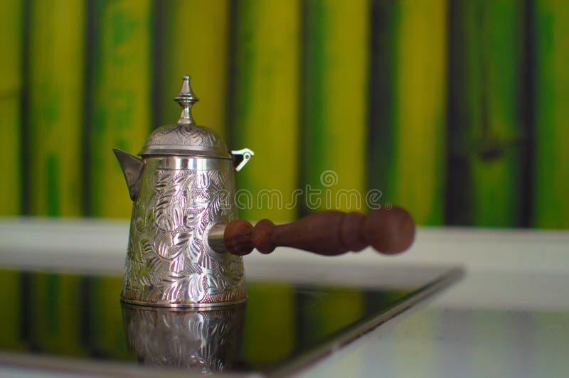 Turco del metal para el café en la estufa fotos de archivo