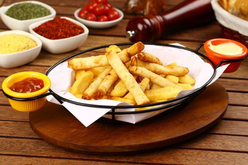 Turco Fried Sigara Borek Served com molho foto de stock