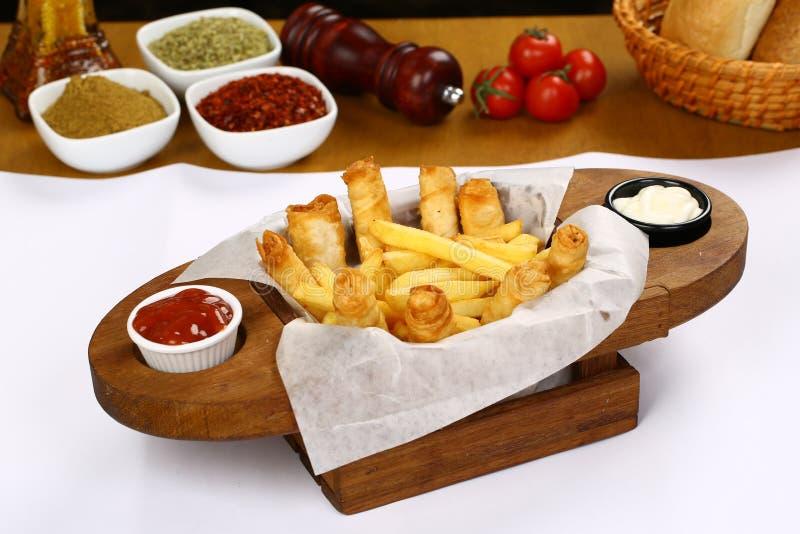 Turco Fried Sigara Borek Served com molho imagens de stock royalty free