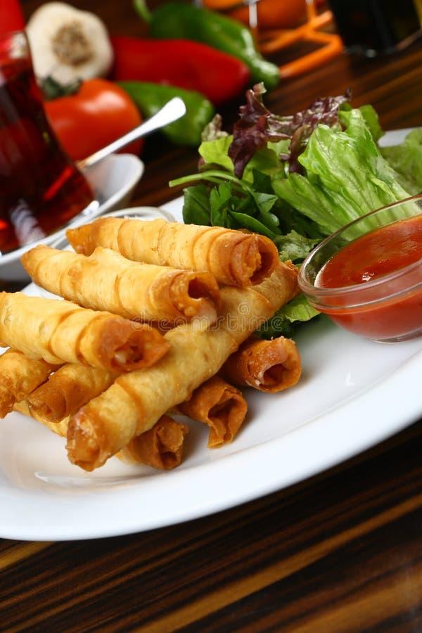 Turco Fried Sigara Borek Served com vegetais fotos de stock