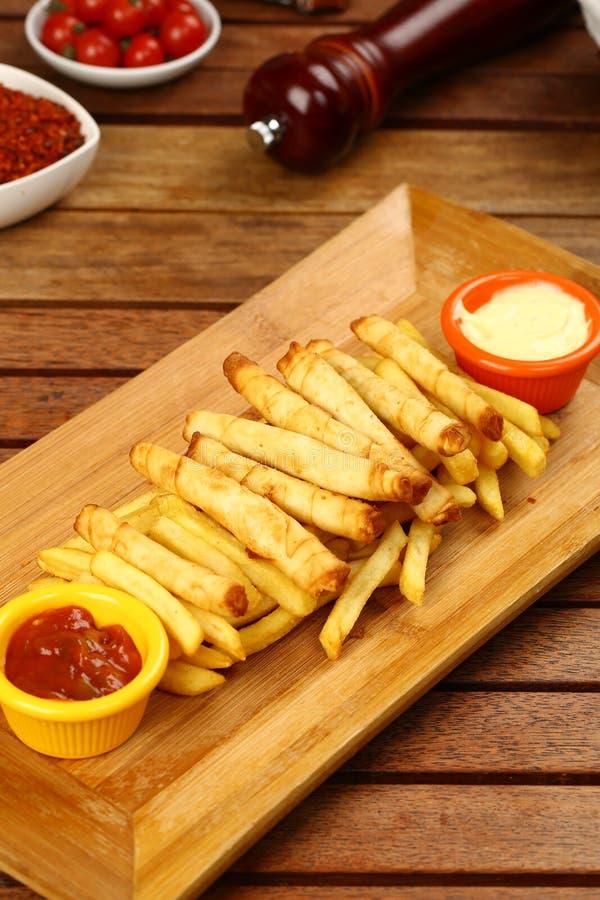 Turco Fried Sigara Borek Served com vegetais imagem de stock