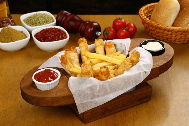 Turco Fried Sigara Borek Served com vegetais fotografia de stock