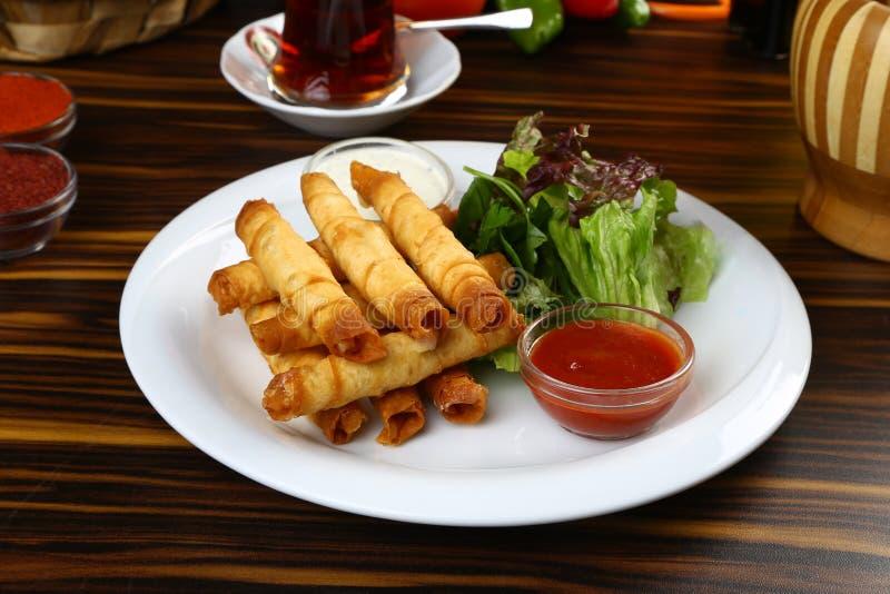 Turco Fried Sigara Borek Served com vegetais imagens de stock royalty free