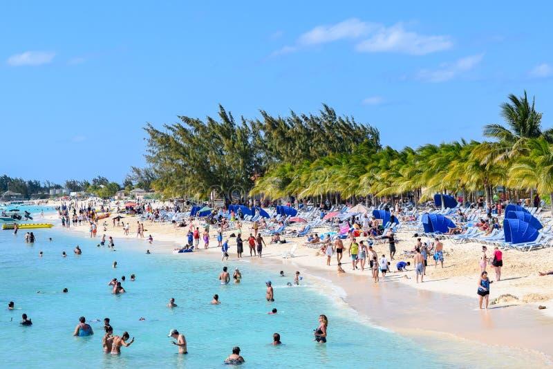 Turco grande, Ilhas Turcos e Caicos - 3 de abril de 2014: Dia aglomerado na praia do centro do cruzeiro fotografia de stock