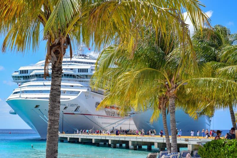 Turco grande, Ilhas Turcos e Caicos - 3 de abril de 2014: Navios de cruzeiros do carnaval de lado a lado em Turk Cruise Center gr imagens de stock royalty free