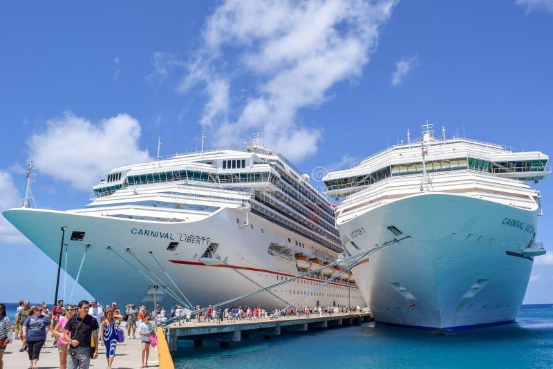 Turco grande, Ilhas Turcos e Caicos - 3 de abril de 2014: Os passageiros desembarcam a liberdade do carnaval e o carnaval Victory imagens de stock