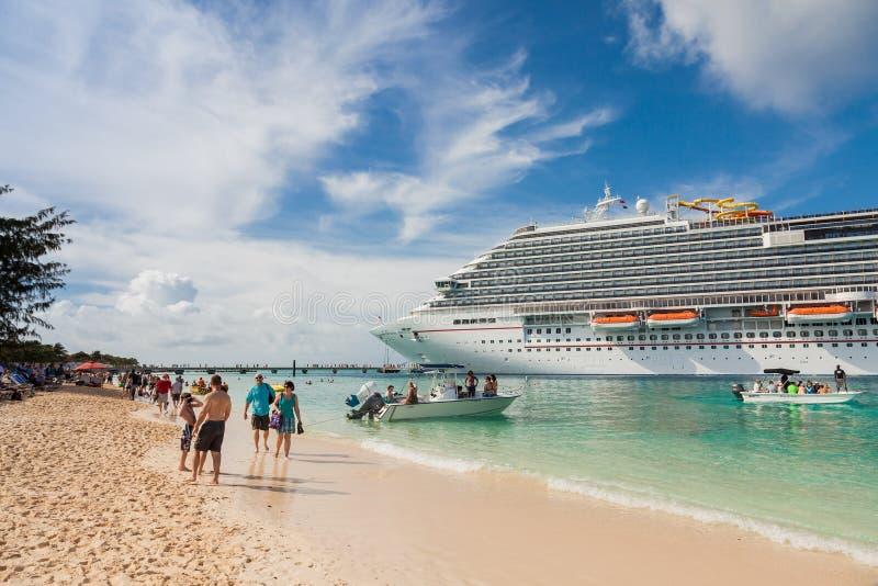 Turco grande, Turk Islands as Caraíbas 31 de março de 2014: A brisa do carnaval do navio de cruzeiros fotografia de stock