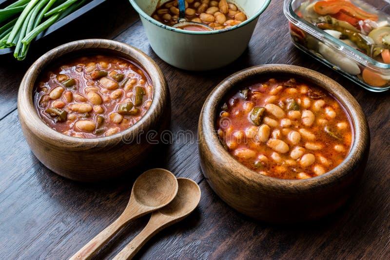 Turco Kuru Fasulye/fagioli in salsa in una ciotola di legno fotografia stock libera da diritti