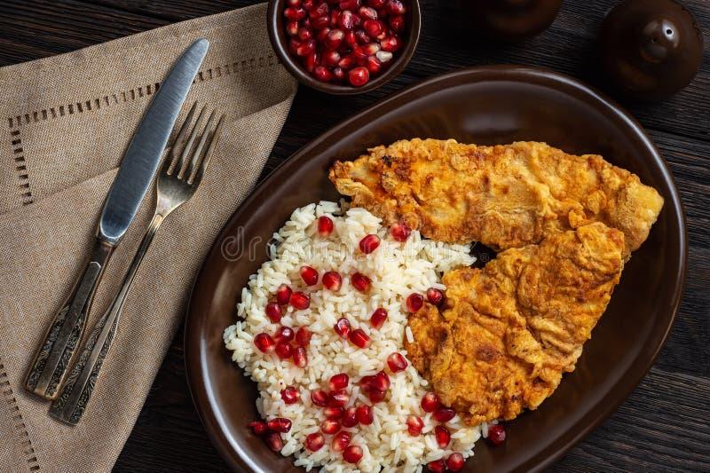 Turco schnitzel, servido com arroz e sementes de romã fotos de stock