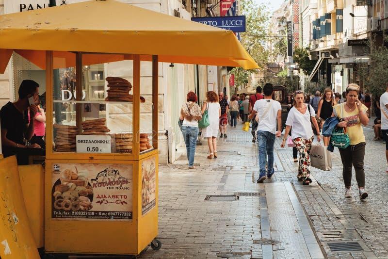 Turco Simit sulla vendita sul carretto dell'alimento, Atene, Grecia fotografia stock libera da diritti