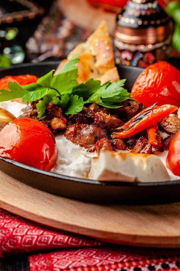 Turco tradicional, cocina árabe Ali Nazik Kebab Cordero tajado con la berenjena, el yogur y el ajo Comida de Ottoman imágenes de archivo libres de regalías