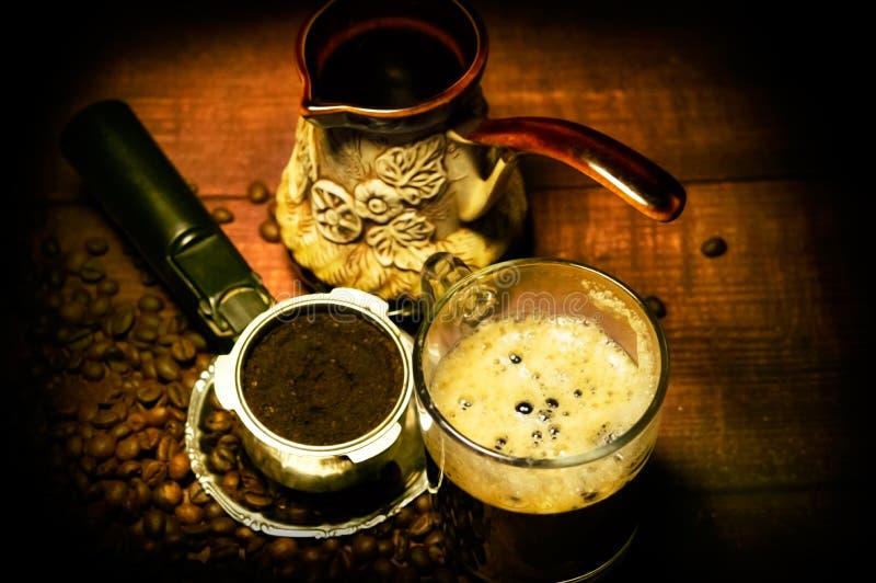 Turco, una taza de café y un cuerno de la máquina del café contra la perspectiva de granos fotos de archivo libres de regalías