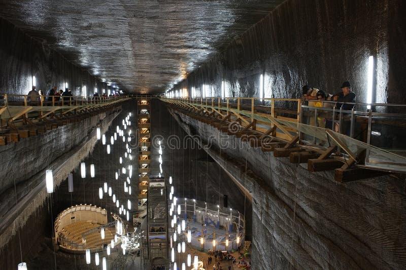 TURDA RUMÄNIEN - AUGUSTI 19TH 2016 - inre sikt av Turda den salta minen royaltyfria bilder