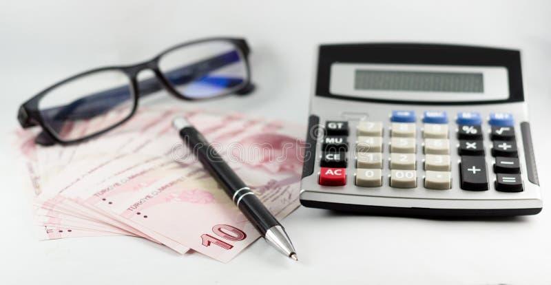 Tureccy banknoty, szkła, pióro i kalkulator na z białym tłem, zdjęcie royalty free