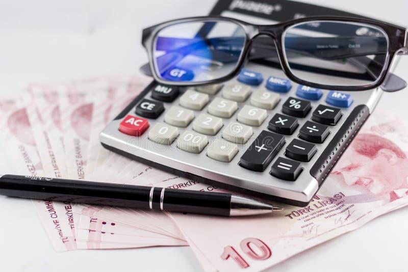 Tureccy banknoty, szkła, pióro i kalkulator z białym tłem, obraz royalty free