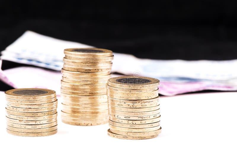 Turecczyzn monety i papierowi liras z plamą czernią bacground zdjęcie royalty free