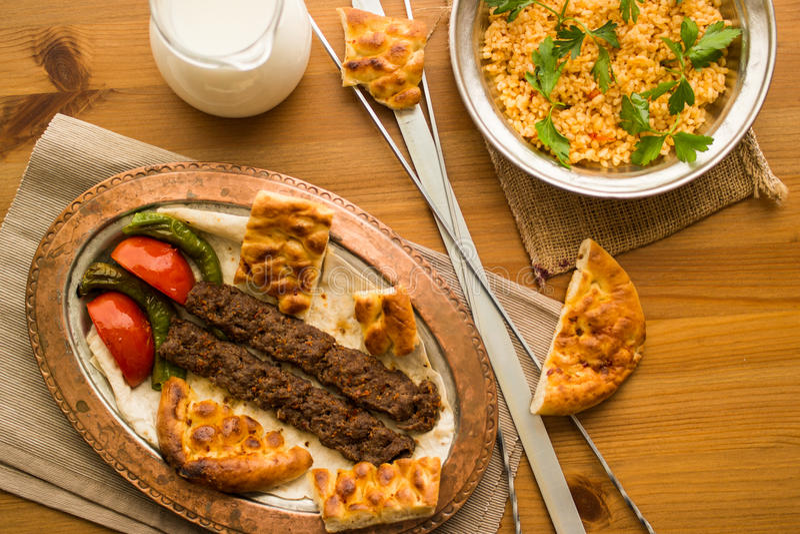 Turecczyzna Adana Kebab z bulgur ayran i ryż obraz stock
