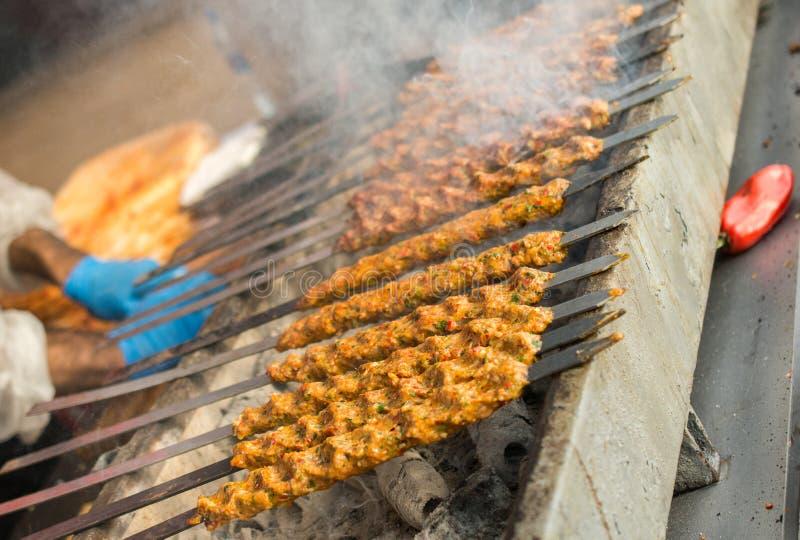 Turecczyzna Adana, Urfa kebab piec na grillu w pokazie/ obraz royalty free