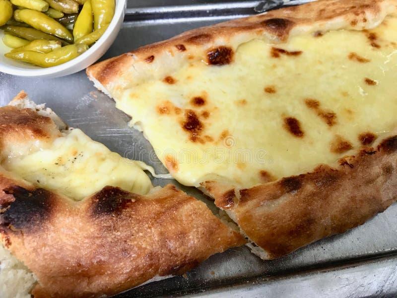 Turecczyzna Karadeniz Pide z Rozciek?ym serem na tacy turecki pizzy poj?cie fotografia stock