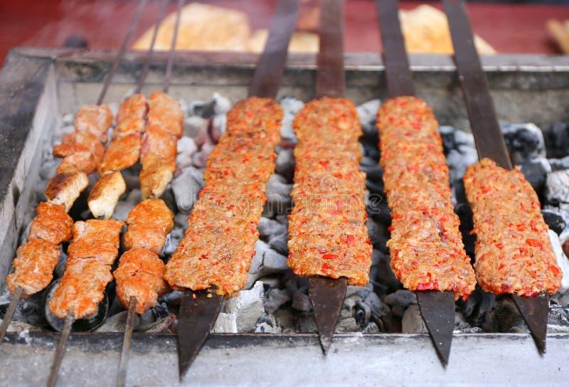 Turecczyzna Shish i Adana Kebabs kucharstwo na węglu drzewnym Piec na grillu obrazy stock