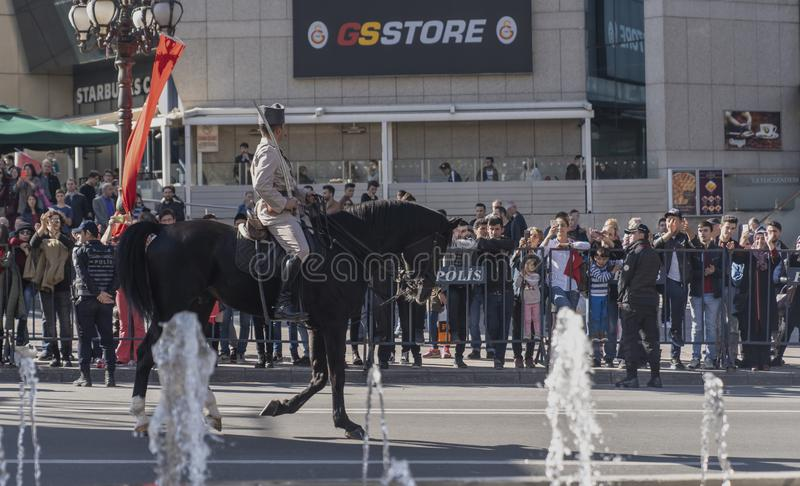 Turecczyzna wspinająca się gromadzi się mienie flagę w starego stylu wojskowym uniformu zdjęcia royalty free