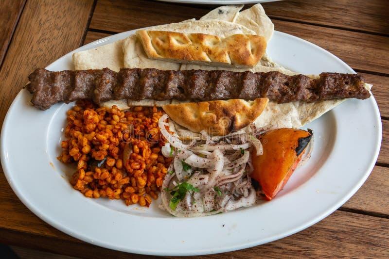 Turecczyzny Adana kebab z bulgur zbożami zdjęcie royalty free