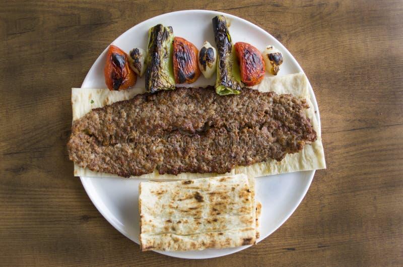 Turecczyzny Adana kebabu talerz na drewnianym stole fotografia stock