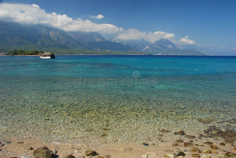 Turecczyzny plaża i Taurus góry. Kemer, Turcja zdjęcia stock