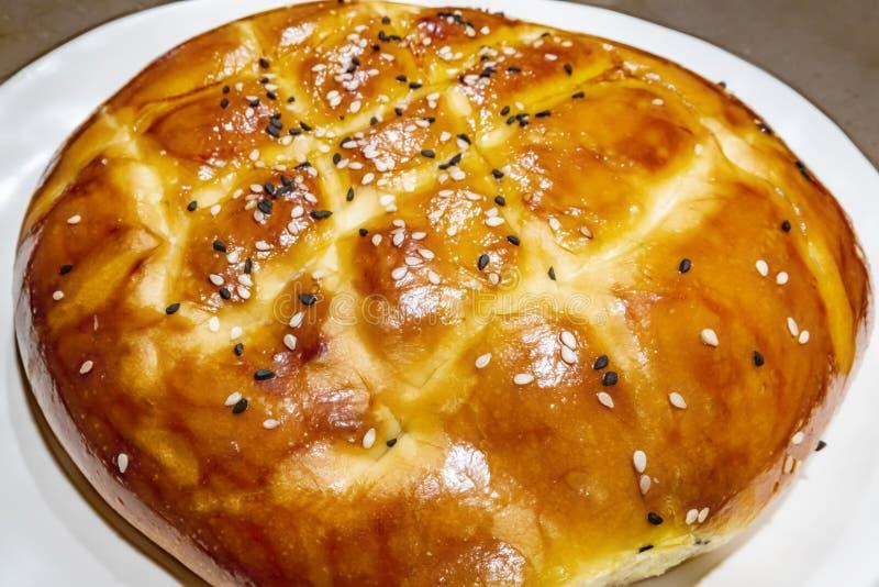 Turecczyzny Ramadan chleb, pita chleb na bielu talerzu z sezamami i czerni ziarna, obraz stock