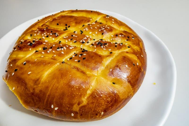 Turecczyzny Ramadan chleb, pita chleb na bielu talerzu z sezamami i czerni ziarna, fotografia stock
