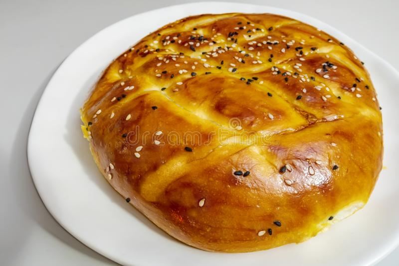 Turecczyzny Ramadan chleb, pita chleb na bielu talerzu z sezamami i czerni ziarna, obrazy royalty free
