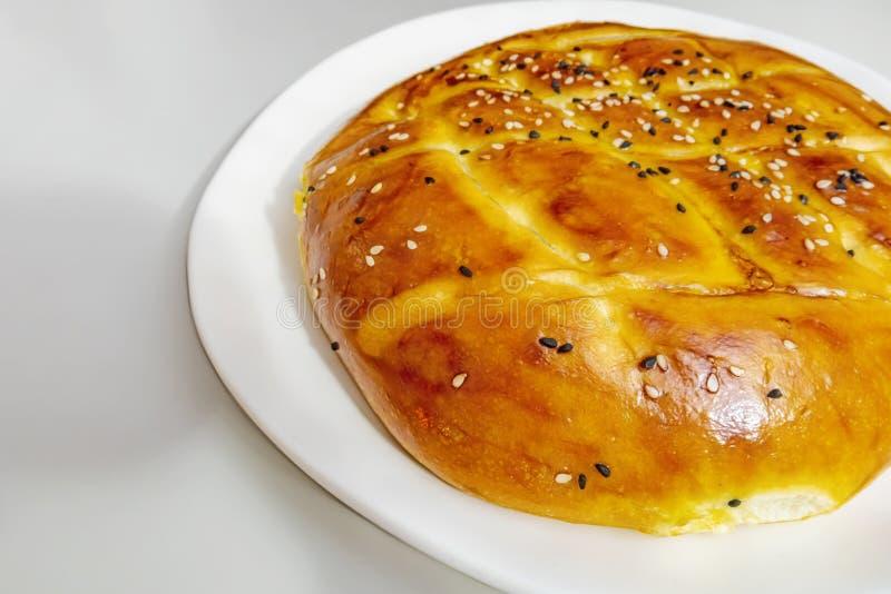 Turecczyzny Ramadan chleb, pita chleb na bielu talerzu z sezamami i czerni ziarna, obrazy stock