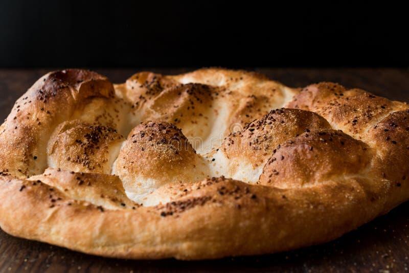 Turecczyzny Ramadan chleb - Ramazan Pidesi na drewnianej powierzchni, Pide/ zdjęcia royalty free