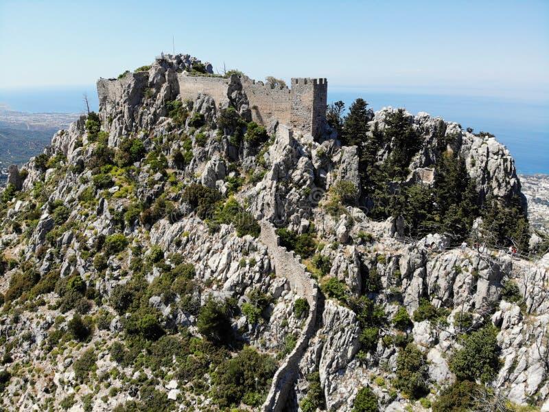Turecka część Północny Cypr Wielki widok, góra i kasztele z góry, wokoło Tworz?cy trutniem zdjęcia royalty free