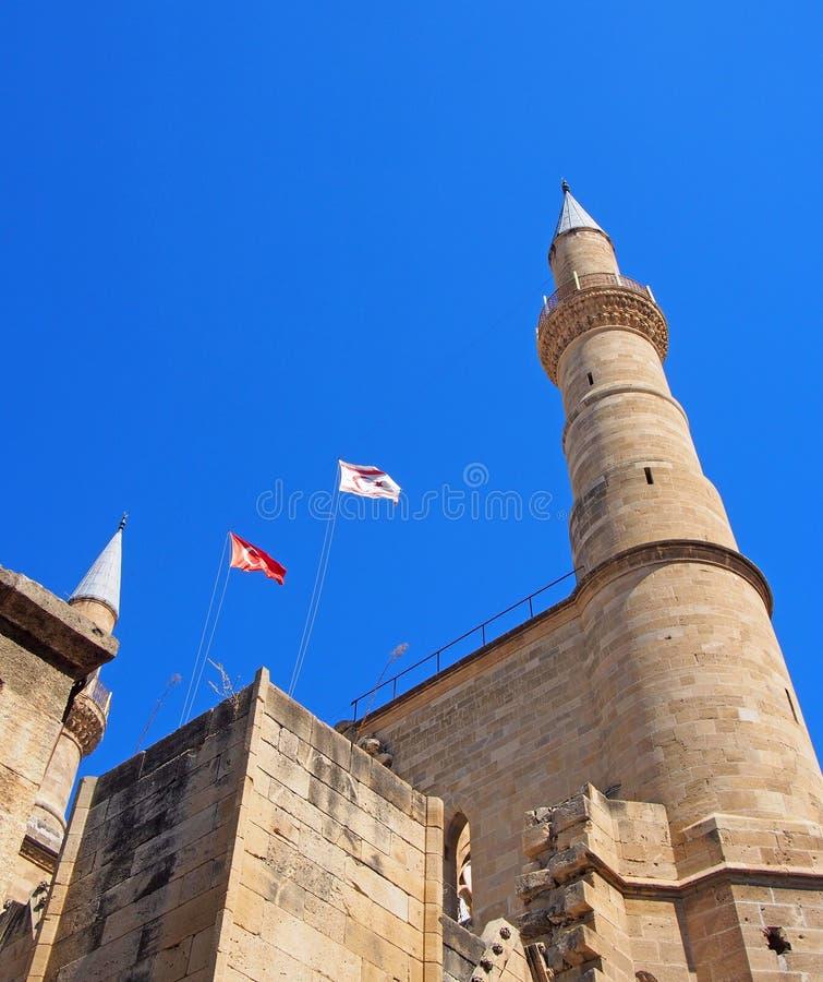 turecka i północna cibora lata nad minaretami Selimiye meczet poprzedni katedrę Świątobliwy Sophia w Nicosia ciborze przeciw obrazy stock