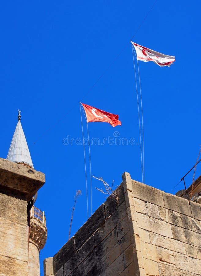 Turecka i północna cibora lata nad Selimiye meczetem poprzedni katedrę Świątobliwy Sophia w Nicosia ciborze przeciw niebieskiemu  fotografia royalty free